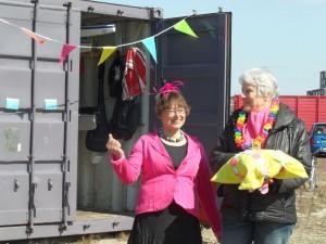 Voorzitter Marianne Boer, feestelijk voor de gelegenheid, en portefeuillehouder Lieke Thesingh (rechts) die de aftrap van het seizoen verrichtte.