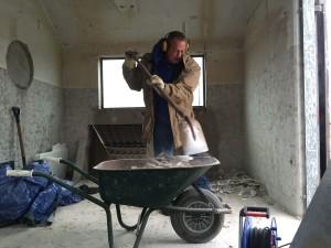 Beton wegbikken van de vloer het toekomstige kantoortje.